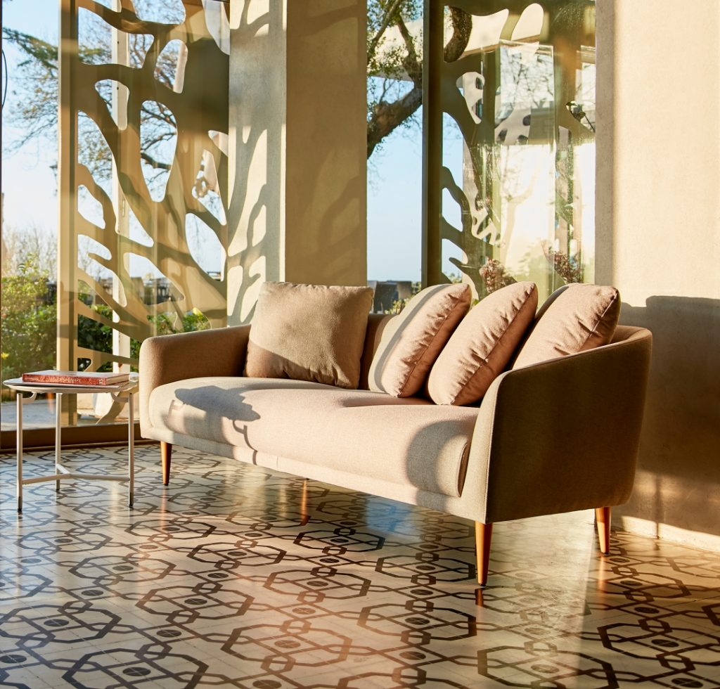 boom-sofa-modest-table